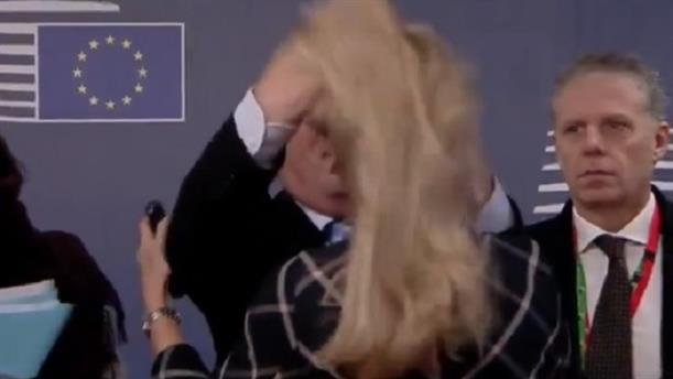 Το... φετίχ του Γιούνκερ με τα μαλλιά