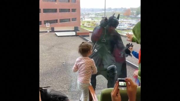 Αστυνομικός - Μπάτμαν σκαρφαλώνει σε νοσοκομείο παιδιών