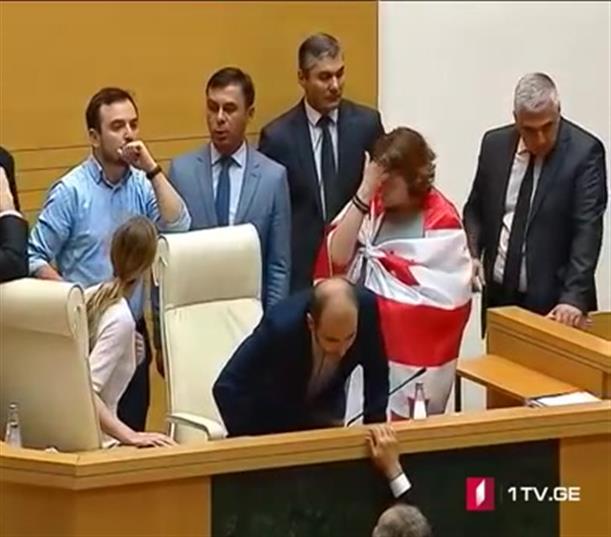 Εισβολή διαμαρτυρόμενων στην Βουλή της Γεωργίας, όπου ήταν και βουλευτές του ΣΥΡΙΖΑ