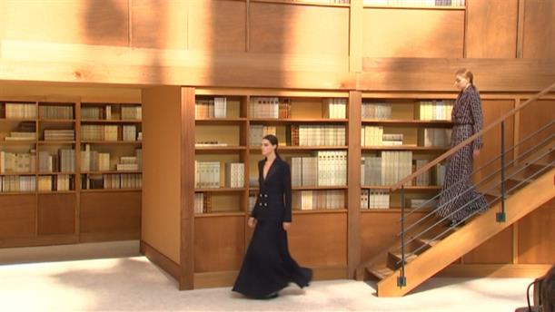 Eπίδειξη μόδας σε βιβλιοθήκη