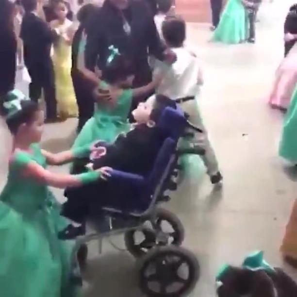Συγκινητικό: Μαθήτρια πήγε στον χορό του σχολείου με τον παράλυτο αδερφό της