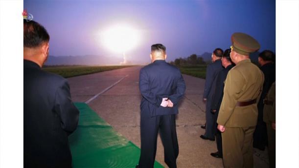 Β. Κορέα: ο Κιμ Γιονγκ Ουν παρακολουθεί εκτοξεύσεις πυραύλων