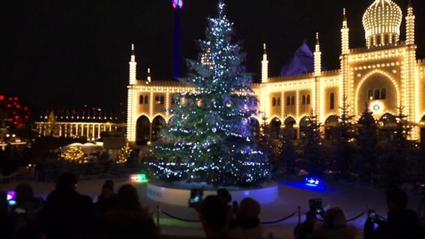 Δέντρο στολίστηκε με χιλιάδες Swarovski