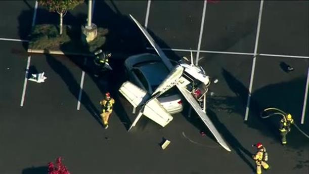 Αεροσκάφος συνετρίβη σε πάρκινγκ