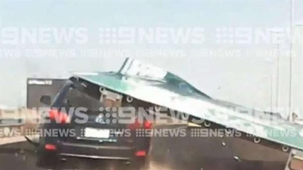Πινακίδα πέφτει πάνω σε αυτοκίνητο σε δρόμο της Μελβούρνης