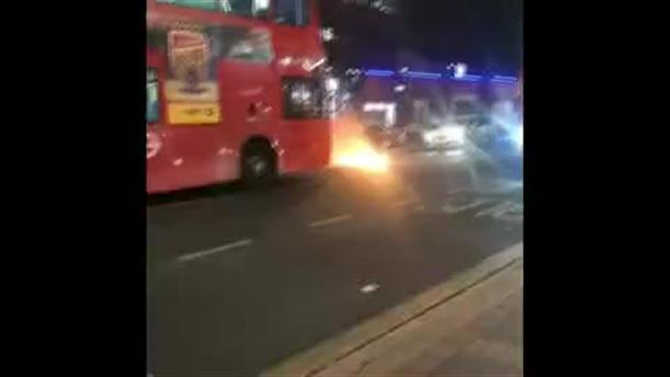 Ένας άνδρας συνελήφθη στο βόρειο Λονδίνο αφού έριξε το αυτοκίνητό του πάνω σε αστυνομικό τμήμα