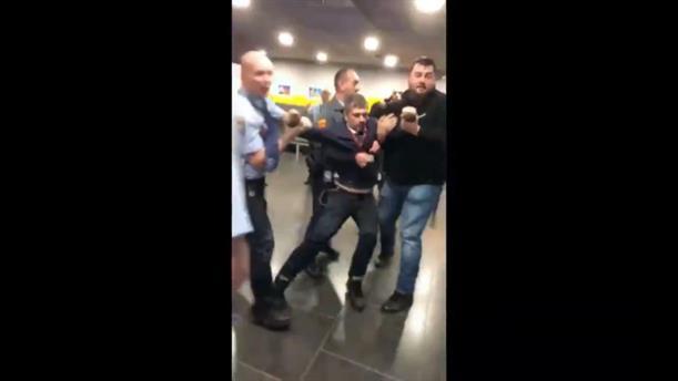 Φρουροί πέταξαν έξω από τη δημόσια τηλεόραση Ούγγρο βουλευτή