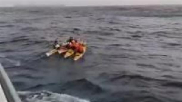 Η στιγμή της διάσωσης τουριστών με καγιάκ ανάμεσα σε Κω και Νίσυρο