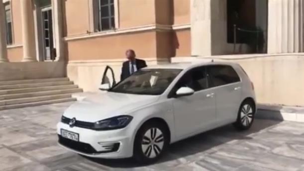 Ο Κώστας Τασούλας παρέλαβε το πρώτο ηλεκτροκίνητο αυτοκίνητο στη Βουλή
