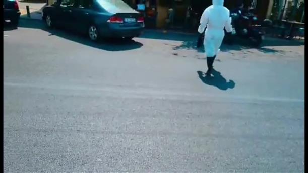 """Κρητικός ντύθηκε """"αστροναύτης"""" για να μπει σε κατάστημα"""