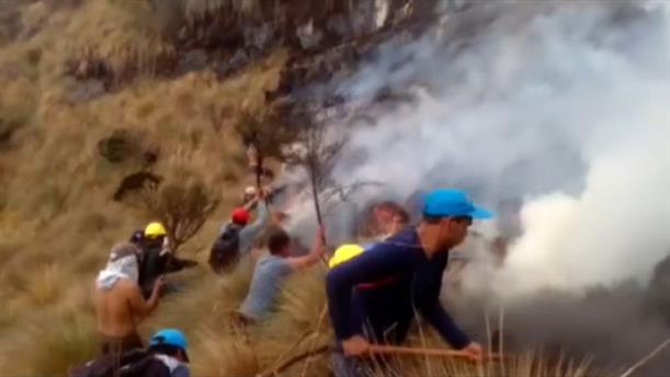 Απελπισμένοι Περουβιανοί χρησιμοποιούν σκούπες και φτυάρια για να σβήσουν τις πυρκαγιές