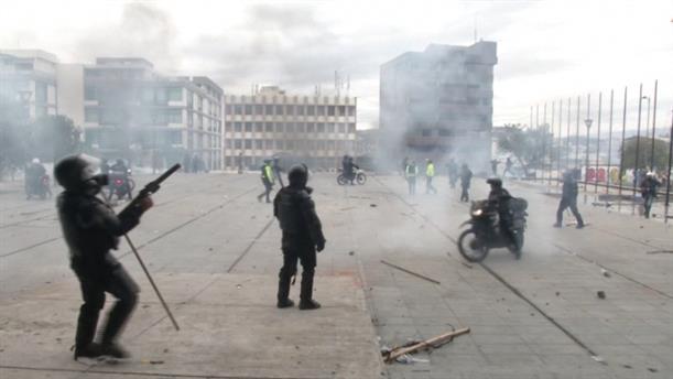 Δακρυγόνα και πέτρες στο Εκουαδόρ, καθώς οι διαδηλωτές απαιτούν την αποχώρηση του προέδρου