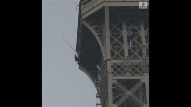 Άντρας προσπαθεί να σκαρφαλώσει στον Πύργο του Άιφελ