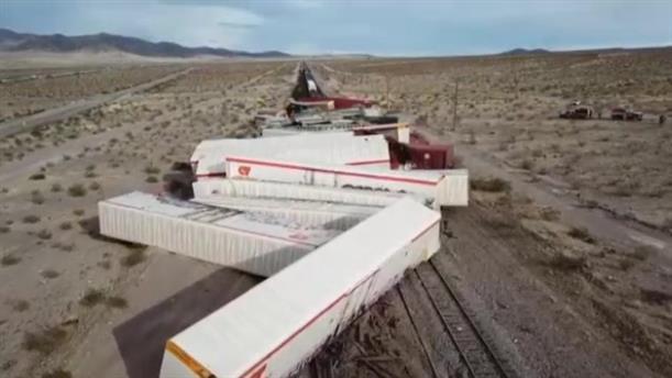 Εκτροχιασμός δεκάδων βαγονιών τρένου στην Καλιφόρνια