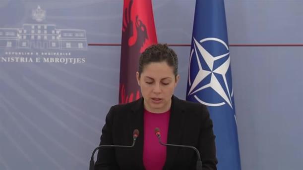 Ξέσπασε σε κλάματα η Υπουργός Άμυνας της Αλβανίας διαβάζοντας τη λίστας των νεκρών