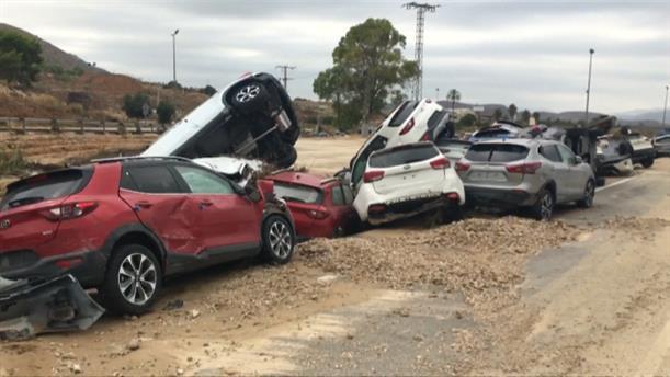 Σωρός τα αυτοκίνητα στην πλημμυρισμένη Ισπανία