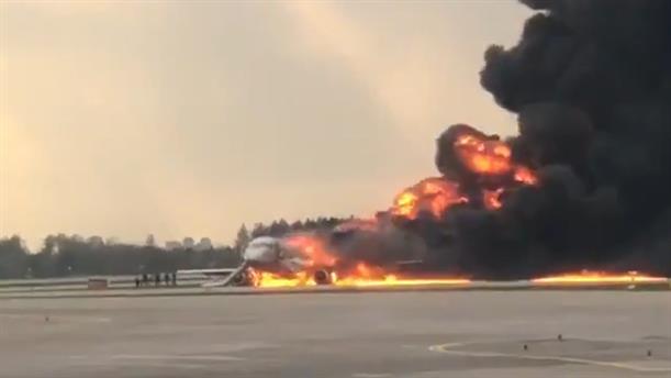 Αεροπλάνο τυλίχθηκε στις φλόγες στο αεροδρόμιο της Μόσχας