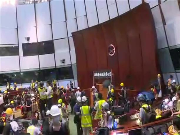 Εισβολή διαδηλωτών στο Κοινοβούλιο του Χονγκ Κονγκ
