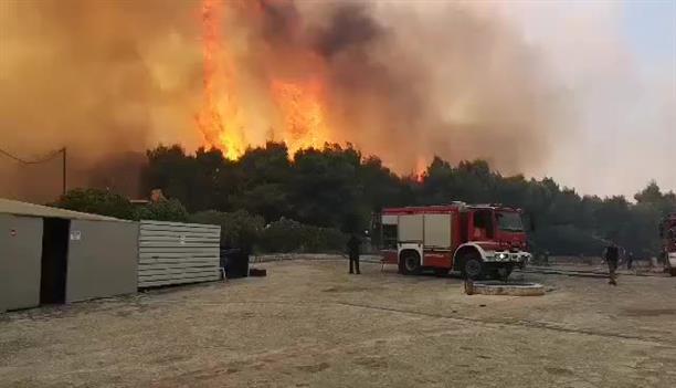 Μάχη με τις φλόγες σε ξενοδοχείο στη Ζάκυνθο