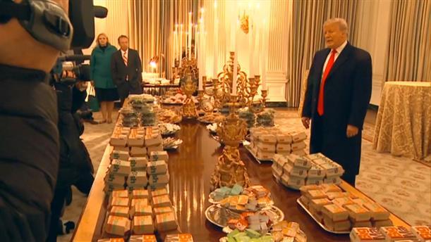 Τους έκανε τραπέζι με burger στο Λευκό Οίκο