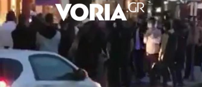 Συλλήψεις νεαρών και ένταση για μη χρήση μάσκας (βίντεο)