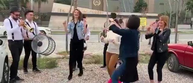 Πήρε διαζύγιο κι έστησε πάρτι έξω από το δικαστήριο (εικόνες)