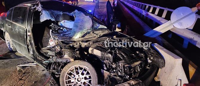 """Αυτοκίνητο """"καρφώθηκε"""" σε λεωφορείο (εικόνες)"""