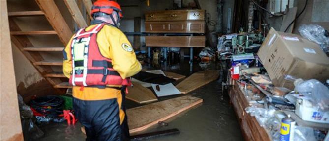 """Φέρετρα – """"βάρκες""""... πλημμύρισαν ένα ολόκληρο χωριό (εικόνες)"""