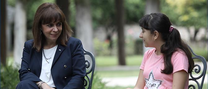 Η Σακελλαροπούλου με την 12χρονη Αφγανή που πήρε υποτροφία στη Βοστώνη (εικόνες)