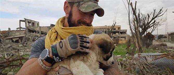 Βρετανός έσωσε κουτάβι στην Ράκα, το πήρε μαζί του και κάνει την ζωή τους... βιβλίο (εικόνες)