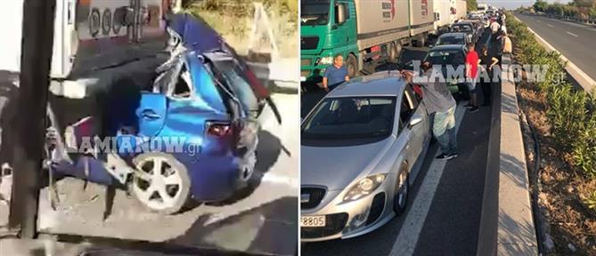 """Εικόνες – σοκ: Αυτοκίνητο """"σφηνώθηκε"""" κάτω από νταλίκα"""