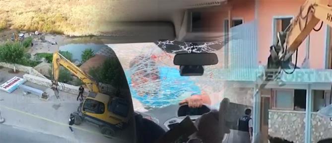 """Γκρέμισαν το μαγαζί του εστιάτορα που """"γαντζώθηκε"""" σε αυτοκίνητο τουριστών (βίντεο)"""