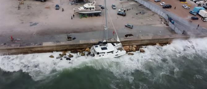 Άλιμος: Καρέ-καρέ η διάσωση επιβατών καταμαράν που έπεσε στα βράχια (βίντεο)