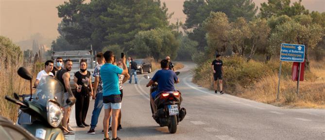 Εκτός ελέγχου η φωτιά στη Ρόδο: Εκκένωση χωριών – Διακοπή ηλεκτροδότησης (εικόνες)
