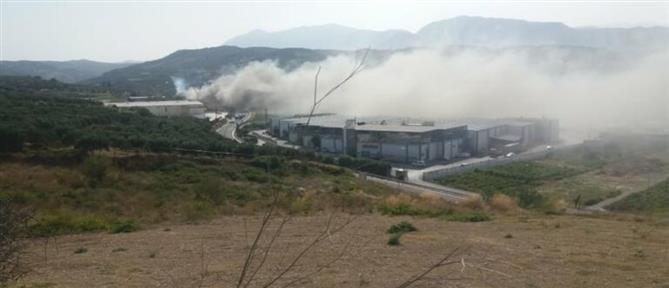 Στις φλόγες εργοστάσιο στο Ηράκλειο (εικόνες)