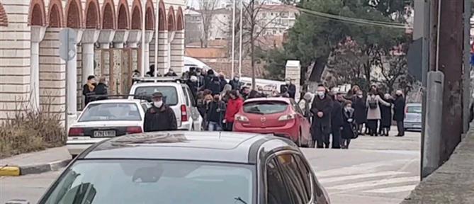 Lockdown: Εκατοντάδες πιστοί σε εκκλησία, παρά τα μέτρα (εικόνες)