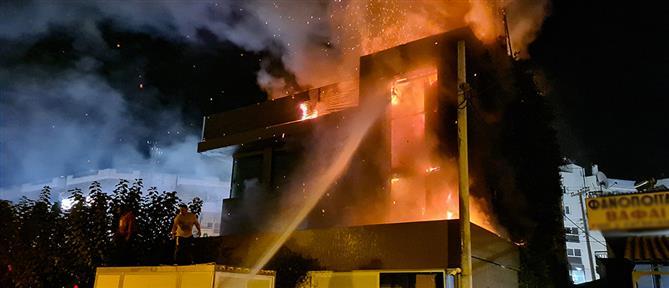 Μεγάλη φωτιά σε κατάστημα στη λεωφόρο Αμφιθέας (εικόνες)