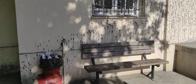 Επίθεση με μπογιές στα Δικαστήρια Βόλου (εικόνες)