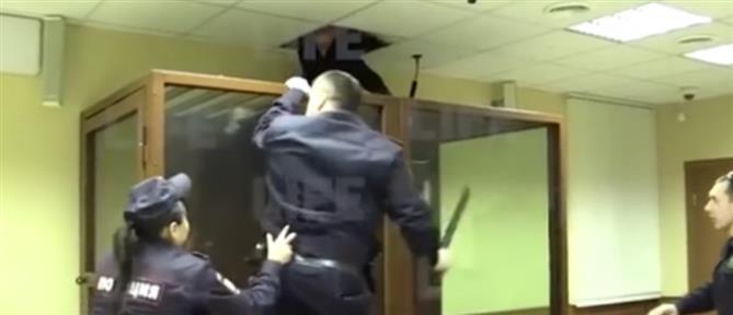 Κατηγορούμενος προσπάθησε να αποδράσει από το... ταβάνι (βίντεο)