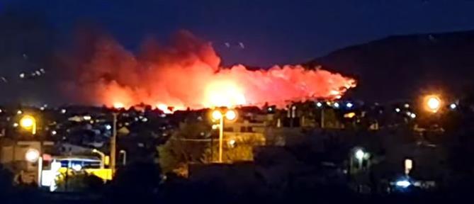 Φωτιά στη Νέα Μάκρη: στον αστικό ιστό οι φλόγες - εκκενώσεις οικισμών
