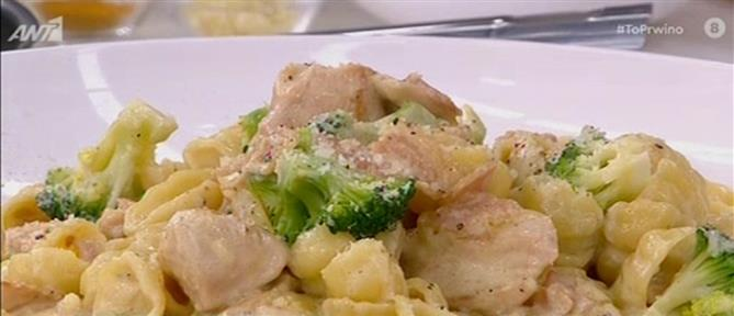 Κοτόπουλο αλά κρεμ με μπέικον και ζυμαρικά από τον Πέτρο Συρίγο