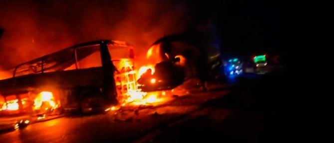 Φονική προσπέραση φορτηγού από λεωφορείο στην Αίγυπτο (εικόνες)