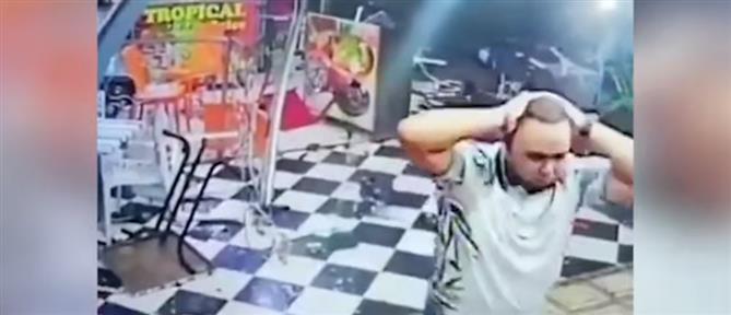 """Μεθυσμένος οδηγός """"καρφώθηκε"""" σε εστιατόριο γεμάτο πελάτες (βίντεο)"""
