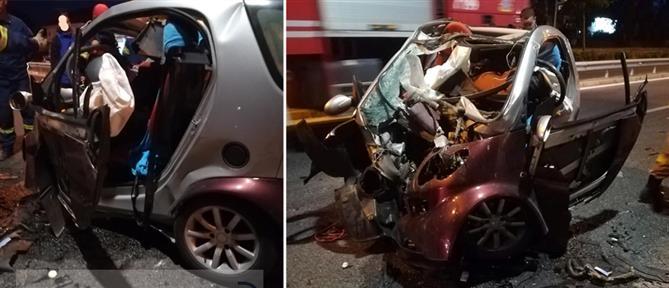 """Οδηγός μιλούσε στο κινητό και """"καρφώθηκε"""" σε στύλο της ΔΕΗ (εικόνες)"""