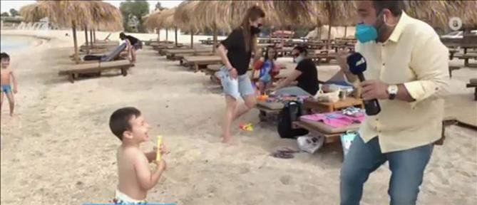 """""""Πρωινοί Τύποι"""": παιδιά """"επιτέθηκαν"""" σε ρεπόρτερ παίζοντας… """"νεροπόλεμο"""" (βίντεο)"""