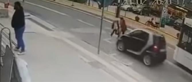 Βίντεο σοκ: αυτοκίνητο χτυπά μητέρα και παιδί