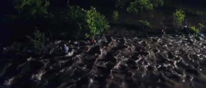 Δραματική διάσωση οδηγού από πλημμυρισμένο δρόμο (βίντεο)