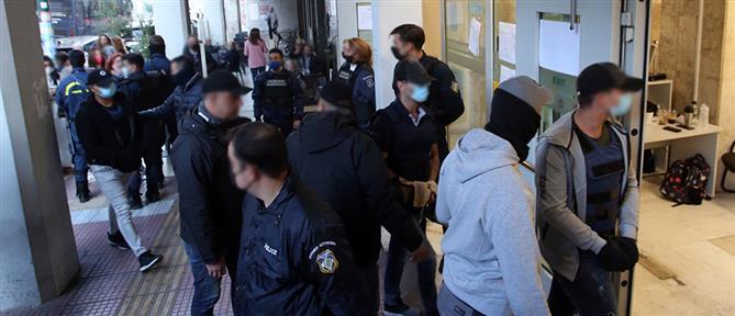 Καταδίωξη στο Πέραμα: ελεύθεροι οι αστυνομικοί και οι Ρομά