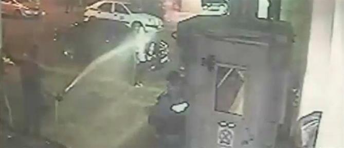 Σε διαθεσιμότητα ο αστυνομικός που έβρεξε με μάνικα γυναίκα στο Α.Τ. Ομονοίας