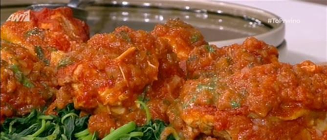 Κοκκινιστό κοτόπουλο με κρασί και λαχανικά από τον Βασίλη Καλλίδη